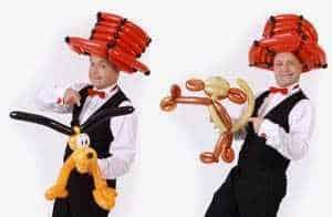 Ballonmodellierer knotet Ballonfiguren und Luftballontiere an der Eröffnung, Geschäftseröffnung oder Neueröffnung